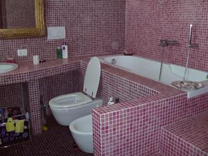 Vasca Da Bagno Rosa : Vasca da bagno con petali di rosa idee di design per la casa